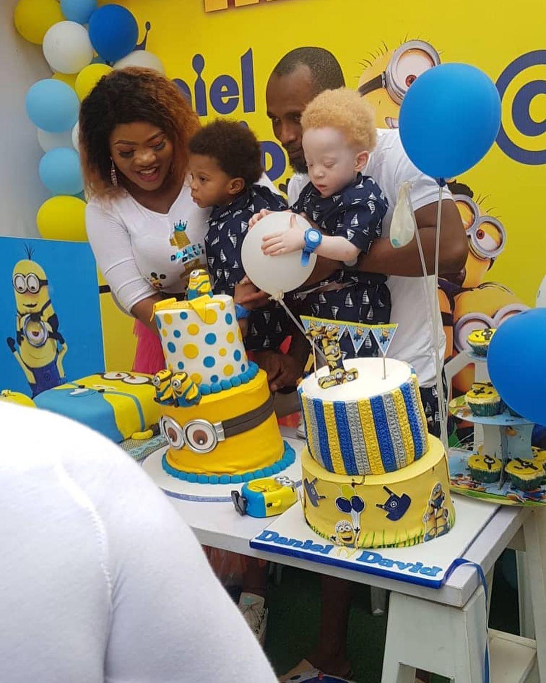 Casal nigeriano tem filhos gêmeos, um deles branco, e causam supresa nas redes sociais - Papo de Pai