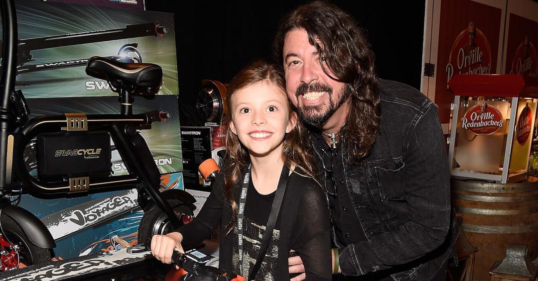 Dave Grohl deixa sua filha tocar bateria com os Foo Fighters em show para 20 mil pessoas