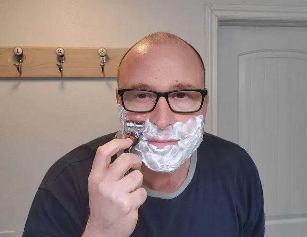 Homem que cresceu sem pai cria canal no YouTube para ensinar