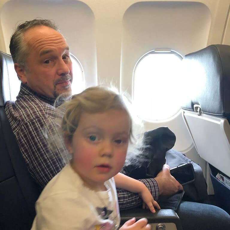 Desconhecido tem atitude inesperada ao ver crianças chorando durante voo 02