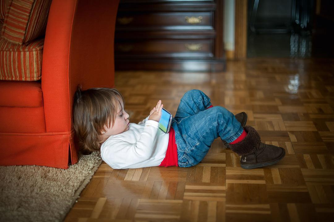 Estudos revelam: Seu vício em celular afeta seus filhos - Papo de Pai