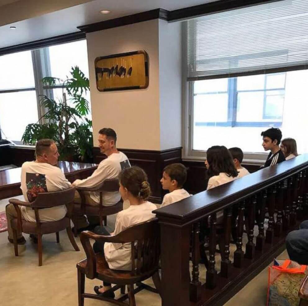 Dois pais adotam seis irmãos que passaram quase cinco anos em um orfanato - Papo de Pai
