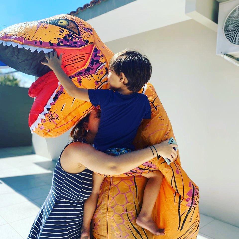 No litoral de São Paulo, um médico se veste de dinossauro para poder abraçar filho - Papo de Pai