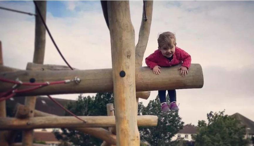 Um pai colocou sua filha em perigo, de brincadeira, por uma boa causa