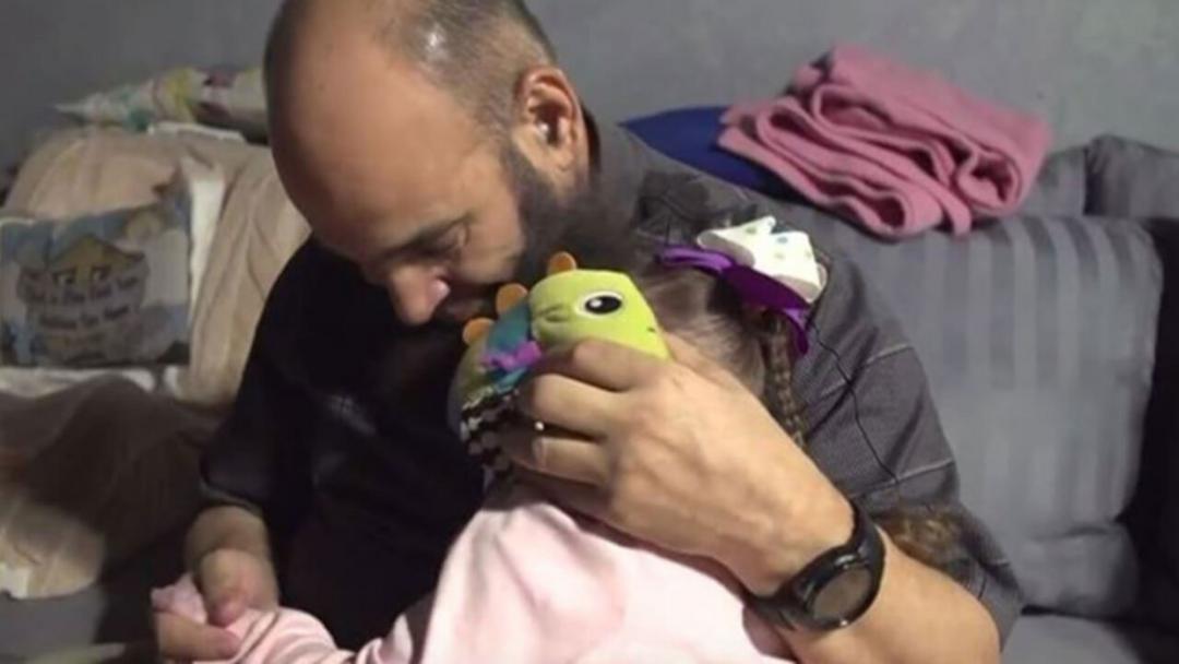 Ele é um Pai adotivo para crianças doentes terminais, abandonadas por seus verdadeiros Pais