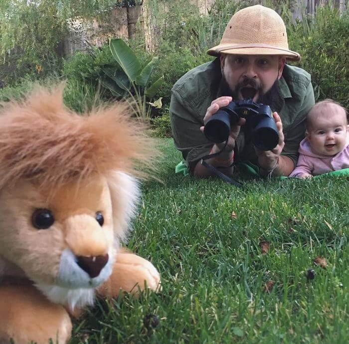 Ele bomba no Instagram por tirar fotos inusitadas com sua filha