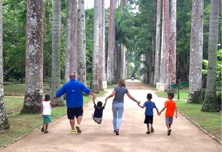 Em Pernambuco Casal americano adota quatro irmãos para que eles não se separem - Papo de Pai