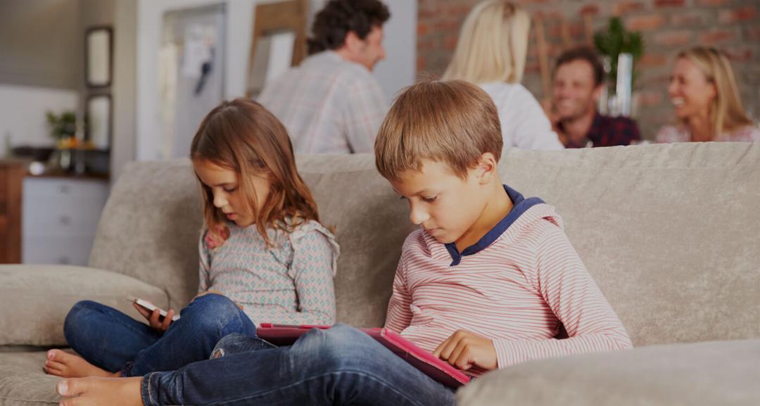 Estudo aponta - apenas 37% dos pais se preocupam com os riscos que os filhos correm na Internet - Papo de Pai
