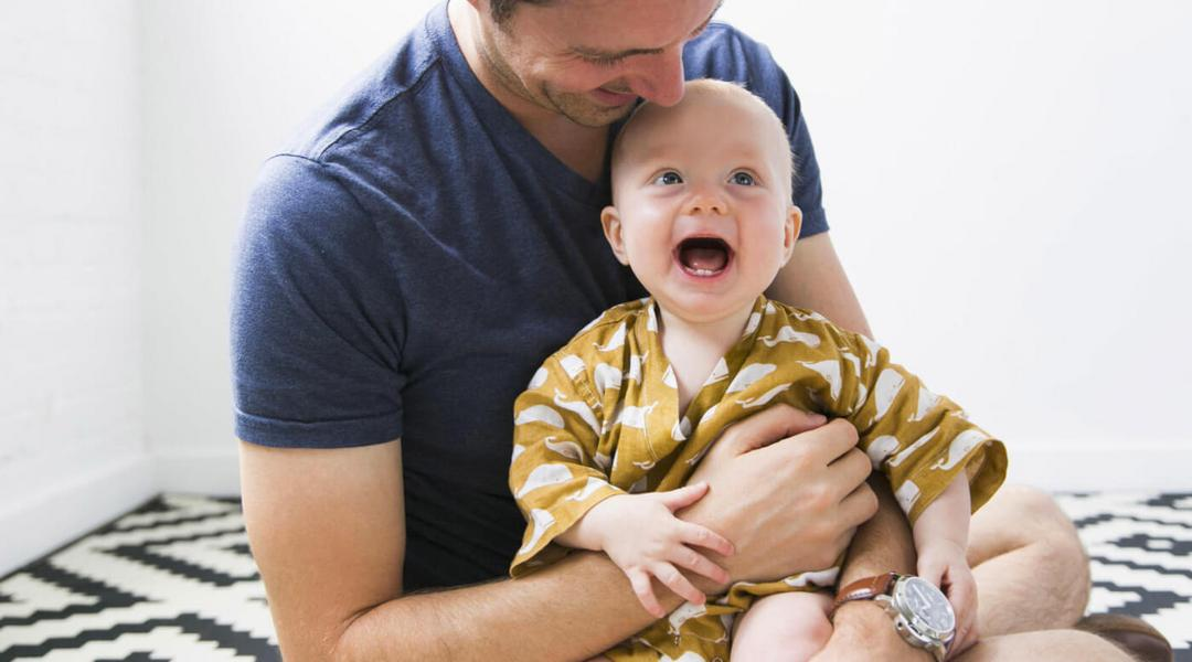 Estudo comprova: crianças que recebem colo dos pais se tornam adultos mais confiantes