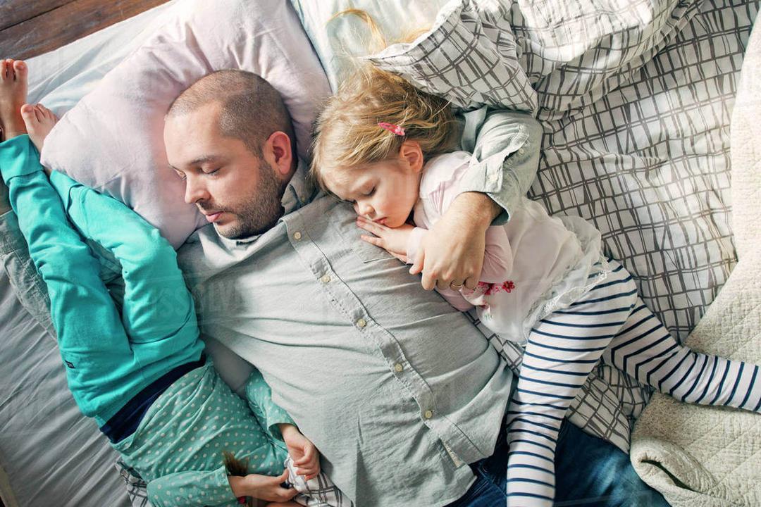 Estudo revela - Pais dormem mal por seis anos após terem filhos - Papo de Pai