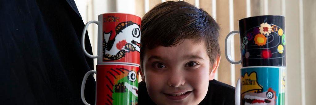 Menino autista desenha em canecas e vira o sustento da família durante pandemia
