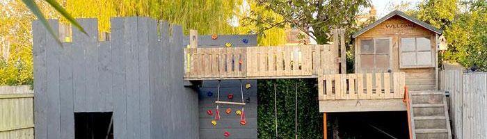 Após ver o preço de casas na árvore, um babão constrói fortaleza impressionante para os filhos