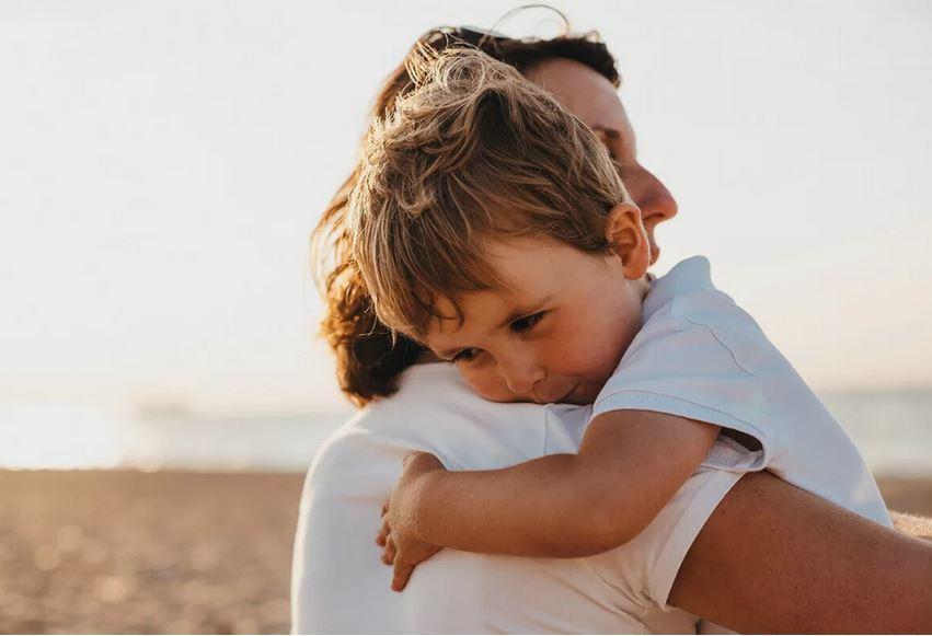 Pesquisas revelam que quanto mais você abraça seus filhos, mais eles se desenvolvem