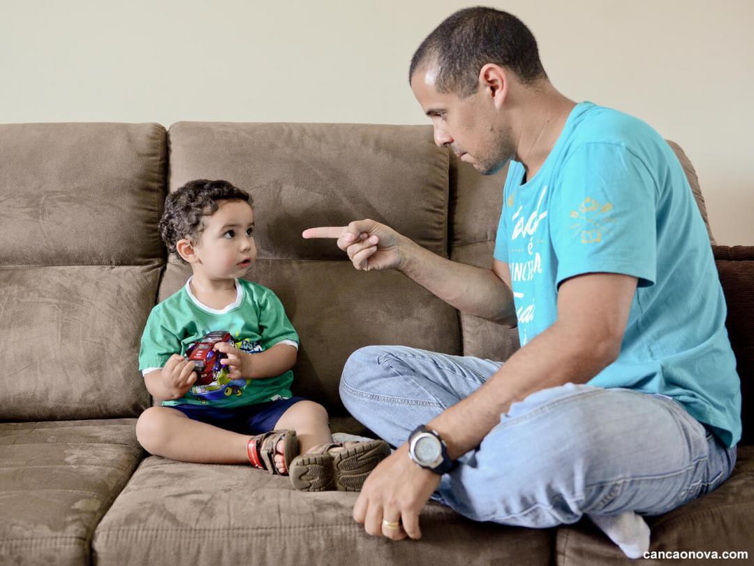 Professor cria lembretes para lembrar que edução vem de casa e viraliza - Papo de Pai
