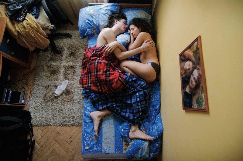 """Fotógrafa cria série de fotos que mostra casais """"grávidos"""" dormindo"""