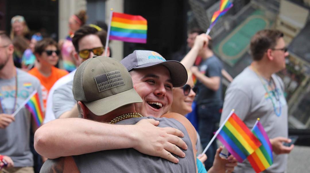 Homem oferece Abraços de Pai Grátis em parada do gay e emociona participantes - Papo de Pai