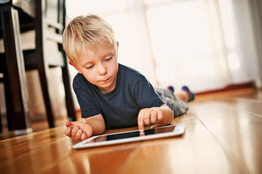 Estudo comprova: Brinquedos eletrônicos podem causar atrasos na linguagem - Papo de Pai