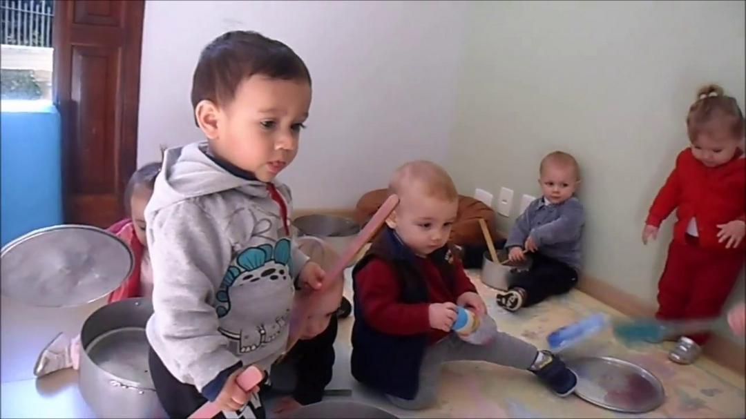 Como ajudar um bebê a desenvolver habilidades motoras grossas e finas durante a quarentena - Papo de Pai