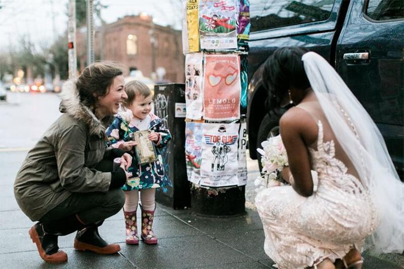 Menina confunde noiva na vida real com princesa do livro que ela está lendo