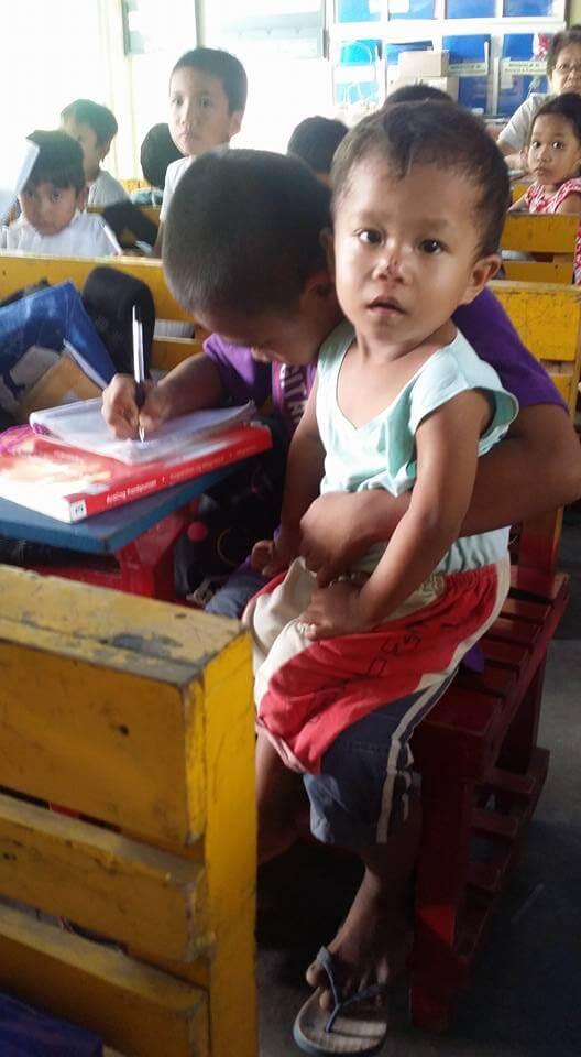 Menino de 9 anos leva irmão bebê para a escola todos os dias para não deixá-lo sozinho