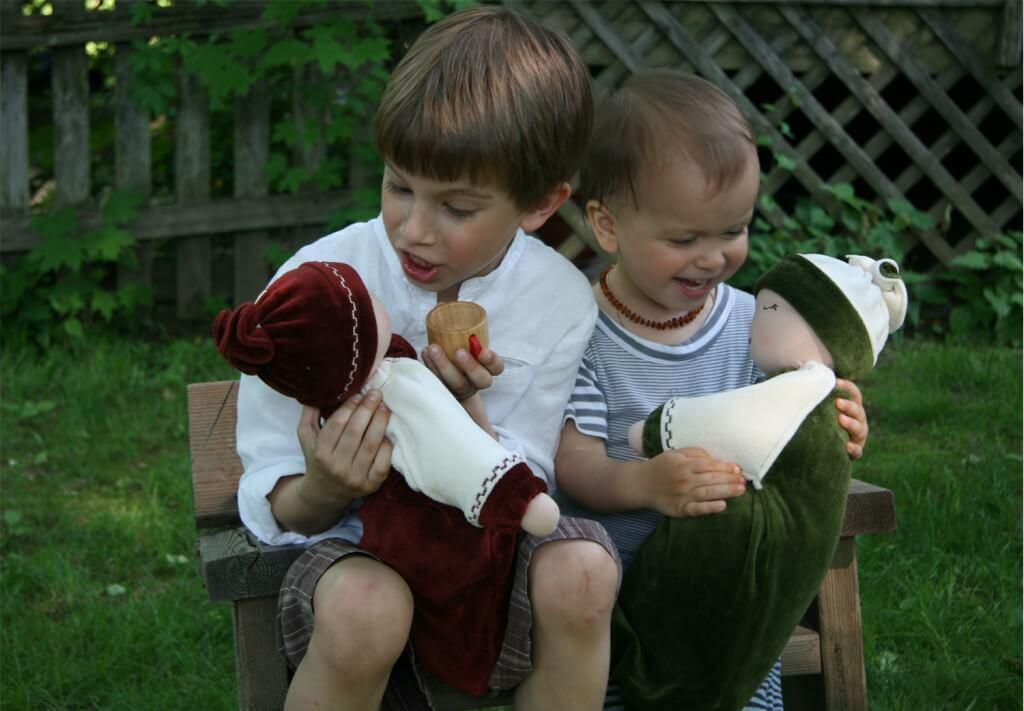 Meninos que brincam com bonecas se tornam crianças mais carinhosas e empáticas