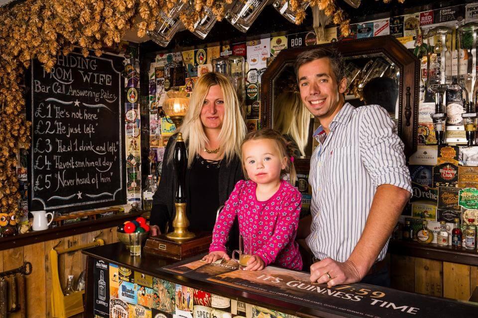 Pai constrói pub em seu próprio jardim para manter vida social após nascimento da filha