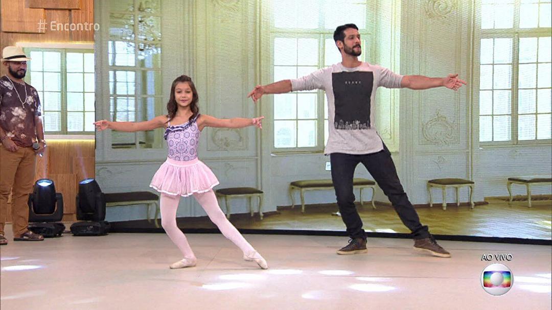 Pai faz aulas de balé com a filha para passar mais tempo com ela