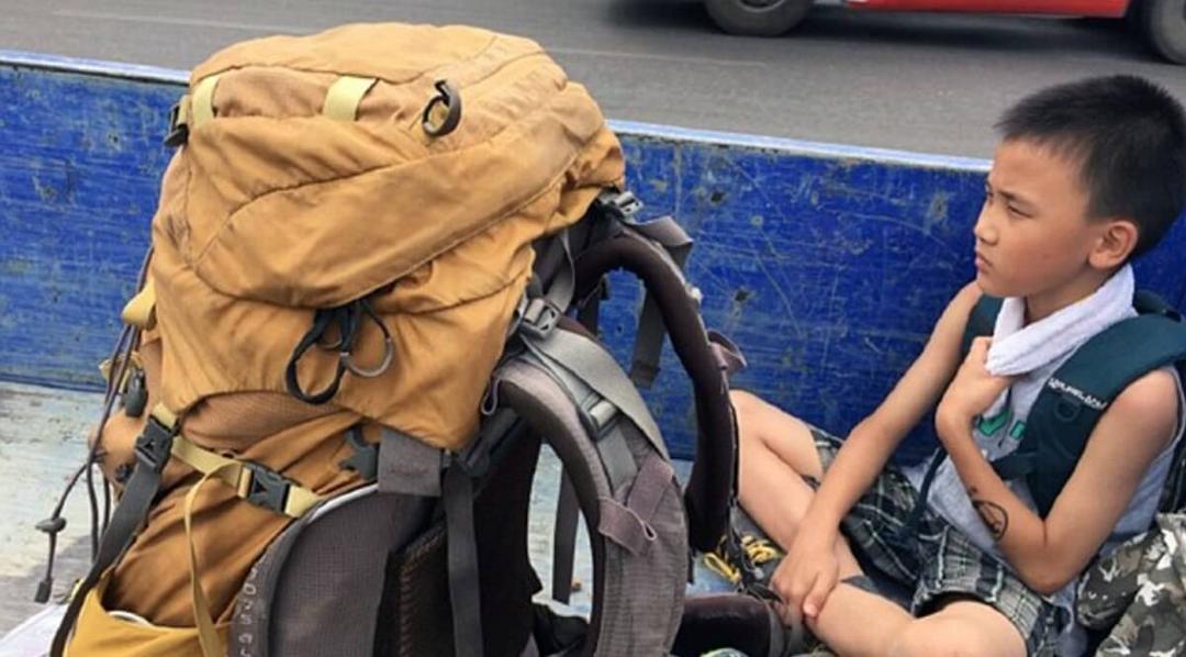 Pai leva filho de oito anos em mochilão para humildade e gentileza
