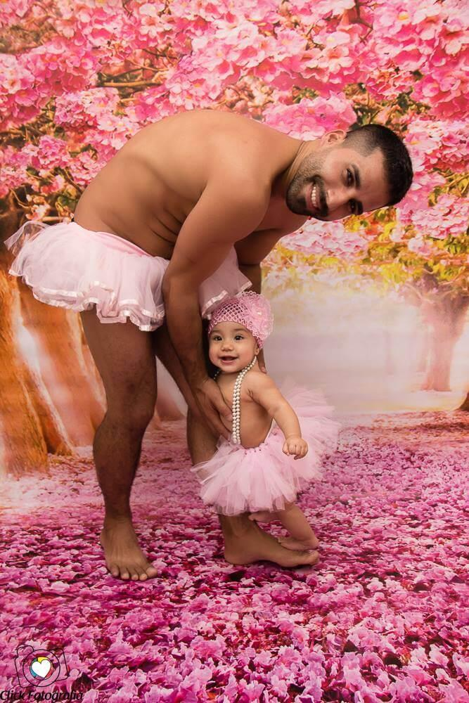 Pai paga promessa e posa de bailarina ao lado da filha