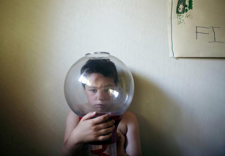 Pai regista o universo solitário do filho autista em ensaio impactante