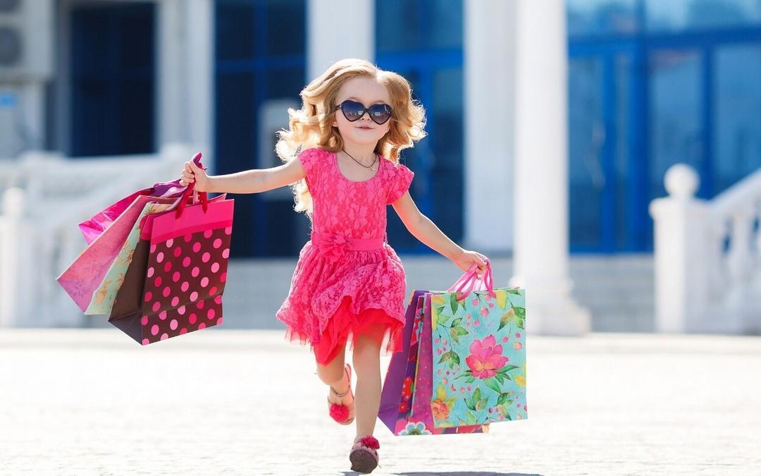 Pais gastam mais com filhas meninas – entenda os perigos desse hábito