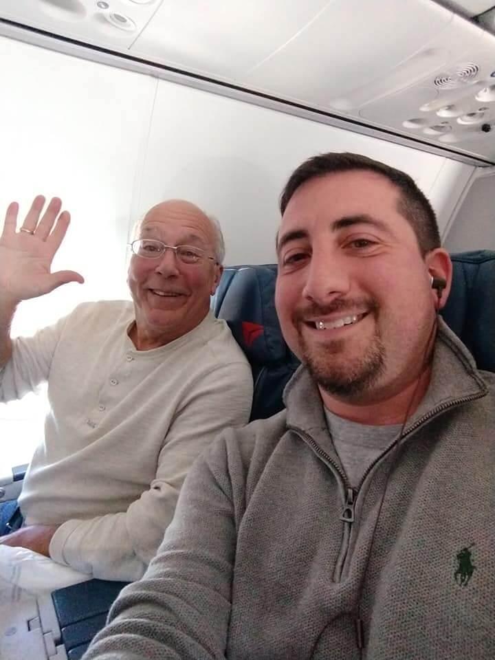 Para passar Natal ao lado da filha aeromoça, Pai embarca em 6 voos diferentes - Papo de Pai