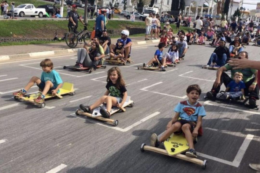 Pais resgatam as brincadeiras de rua para combater vício em tecnologia - Papo de Pai