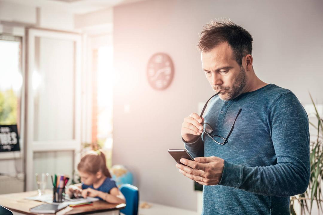 Pesquisa aponta - 83% das crianças se sentem trocadas pelo celular e 56% querem ser um