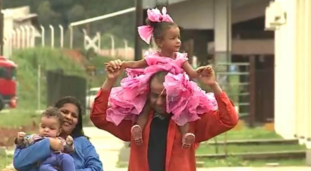 Sem dinheiro, Pai usa sacolas e cria fantasia de princesa para a filha - Papo de Pai