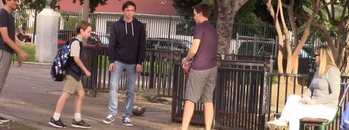 Menino sofre bullying em parque e é salvo por adultos; Assista o vídeo