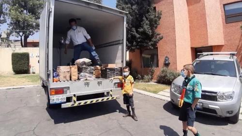Escoteiro de apenas 8 anos dá exemplo para babões ao coletar alimentos para afetados pela pandemia
