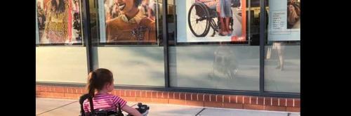 Menina sente-se representada ao ver anúncio com mulher em cadeira de rodas e foto viraliza!