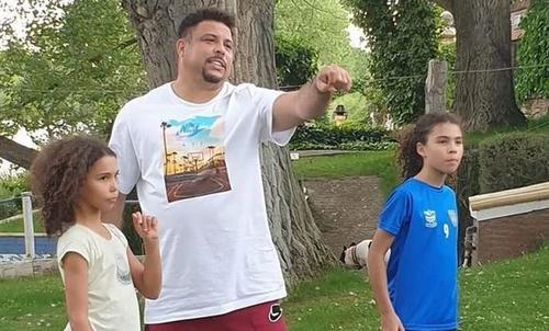 Ronaldo posta foto de casa na árvore das filhas e vira piada na internet