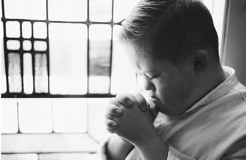 10 anos após um hospital sugerir o aborto, este fotógrafo mostra como é lindo o filho com Síndrome de Down