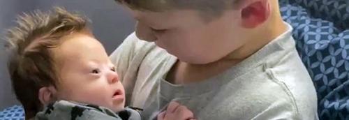 Irmão mais velho canta canção de amor ao caçula com síndrome de Down; o vídeo é puro amor!