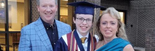 Garoto de 12 anos se forma na escola e na faculdade na mesma semana