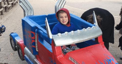 Pai transforma cadeiras de rodas infantis em fantasias mágicas, de graça.