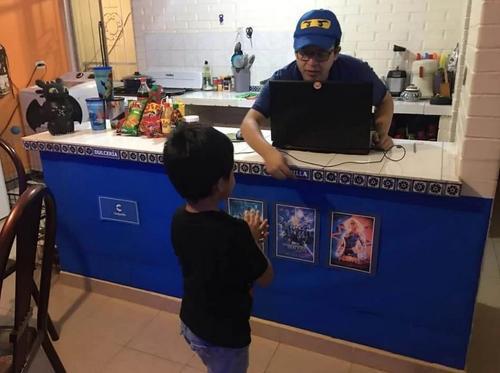 Pais criam cinema em casa para divertir o filho pequeno em meio à pandemia